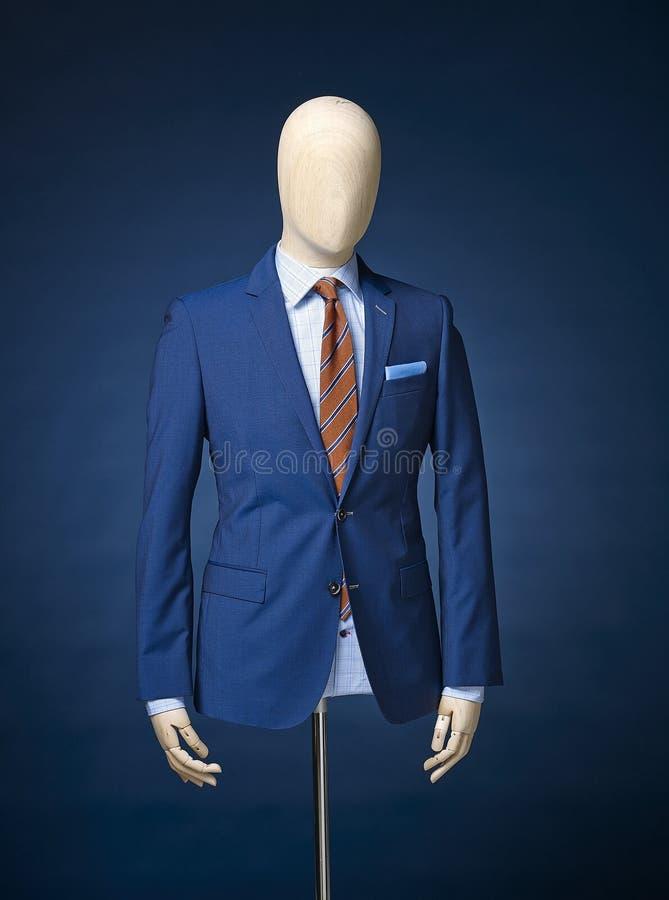 Куртка людей изолированная на голубой предпосылке стоковое фото