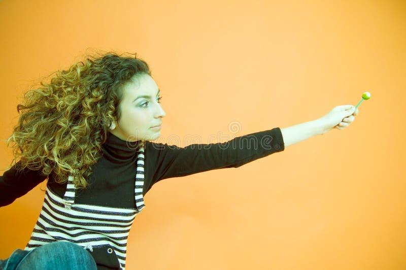 курчавая девушка давая с волосами lollipop стоковые изображения