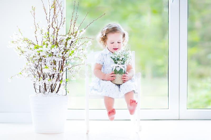Download Курчавая девушка малыша в весне белого платья первой цветет Стоковое Изображение - изображение насчитывающей промахов, стул: 41657059
