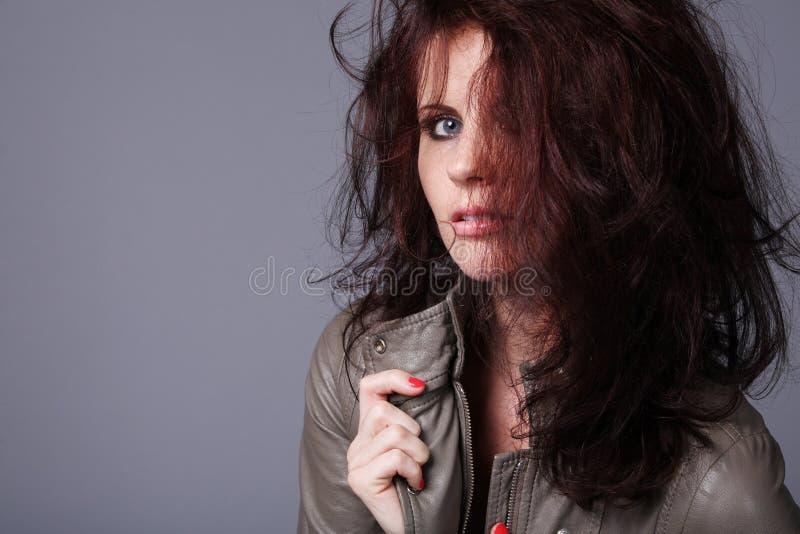 курчавая женщина темных волос длинняя стоковое изображение rf
