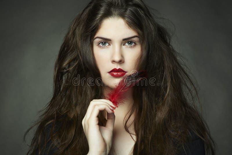 курчавая темная женщина фото волос способа стоковое изображение