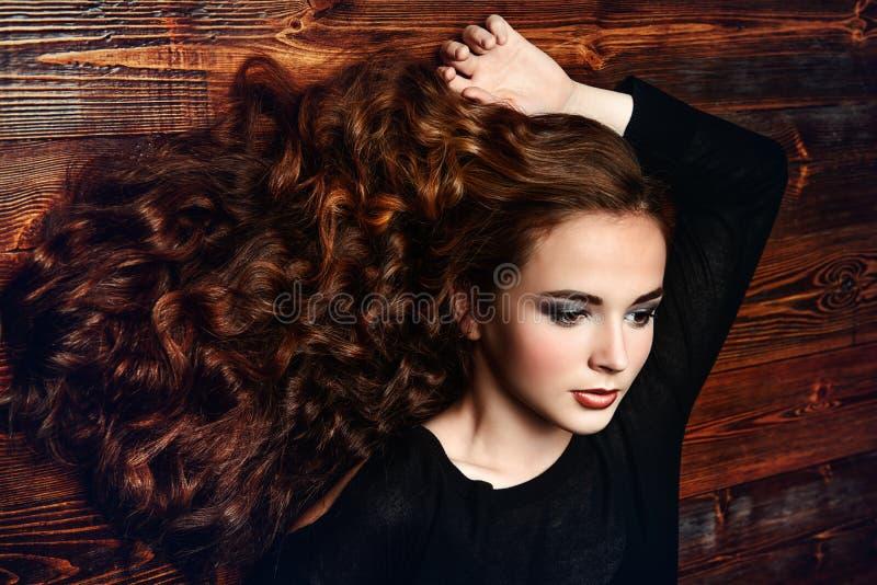 курчавые волосы длиной стоковое фото