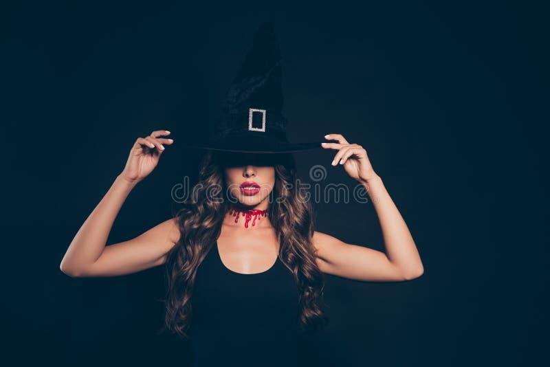 Курчавые страшные изверги вампира дамы брюнет в элегантном обмундировании мы стоковые фото
