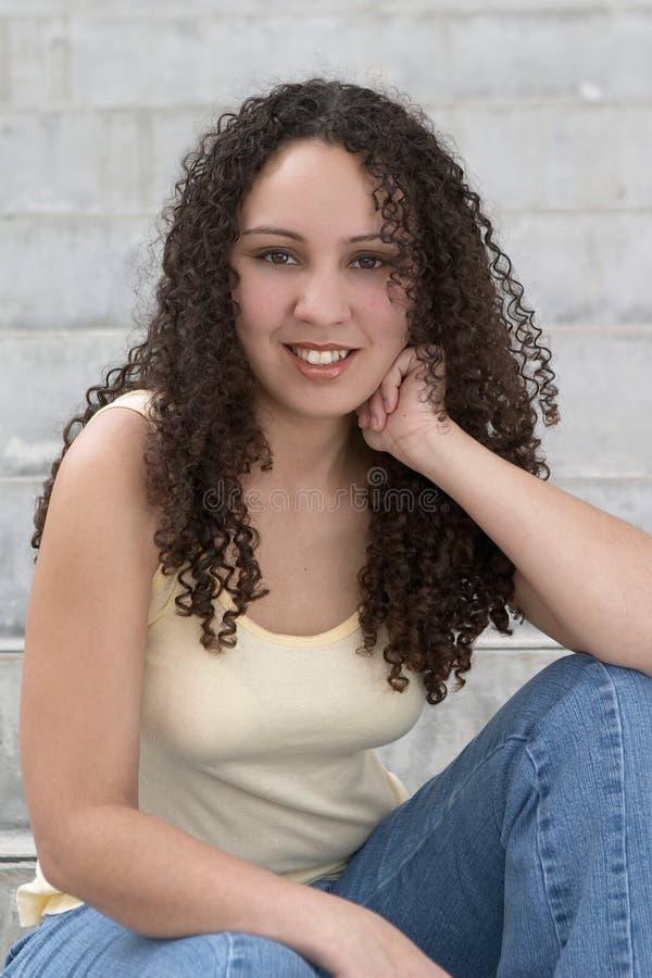 курчавых волос latina детеныши довольно стоковые изображения rf