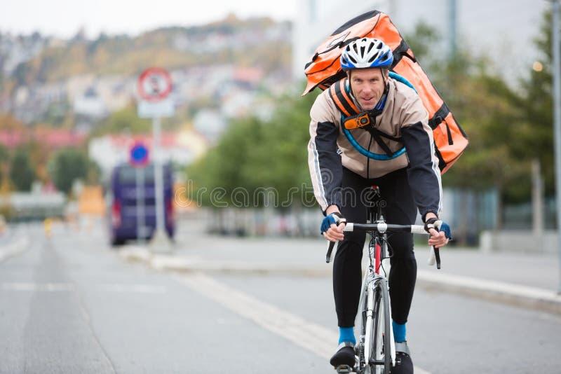 Курьер велосипеда на улице города стоковая фотография rf