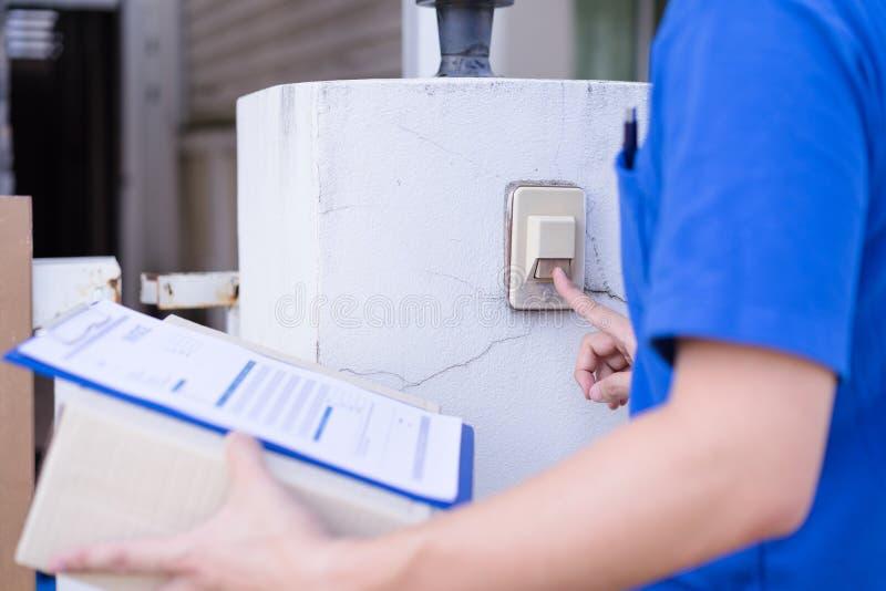 Курьер обслуживания поставки звеня дверной звонок дома стоковая фотография