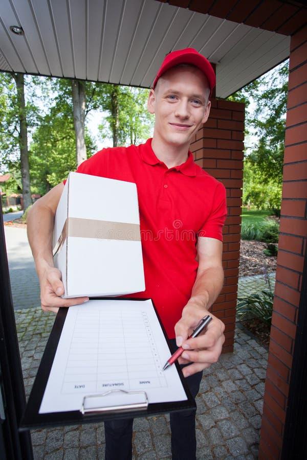 Курьер показывая документ на доске сзажимом для бумаги стоковые изображения rf