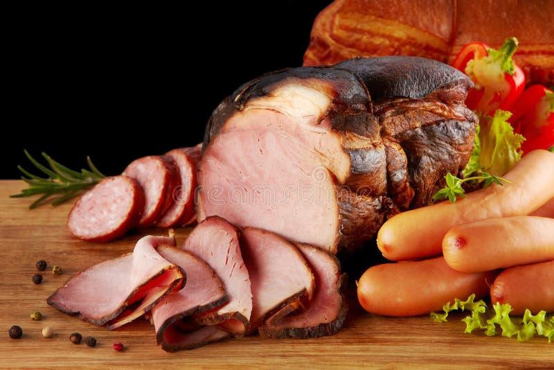 Курят мясо и сосиски стоковые фото