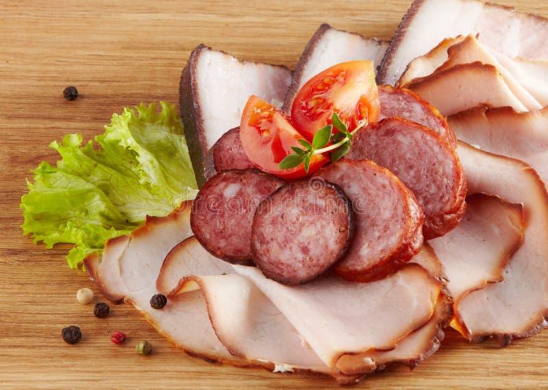 Курят мясо и сосиски стоковое фото