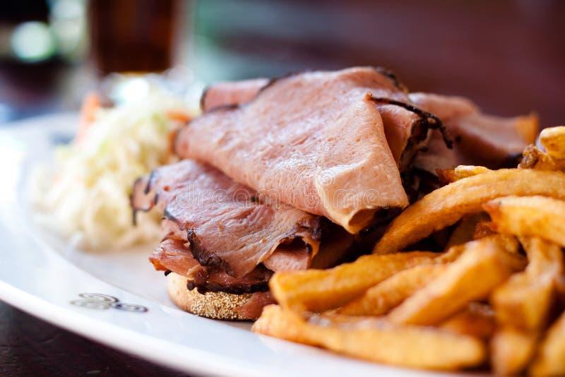 курят сандвич мяса, котор стоковая фотография