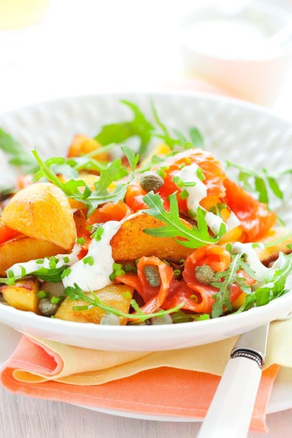 Download курят семги салата картошки, котор Стоковое Фото - изображение насчитывающей гарнируйте, померанцово: 18394880
