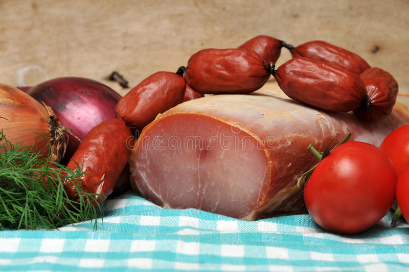 курят сосиски мяса, котор стоковая фотография