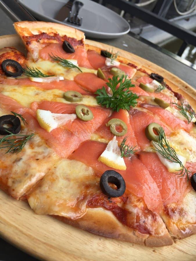 Курят salmon пицца стоковые фото