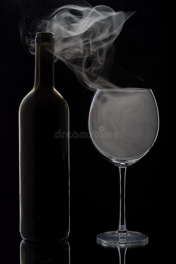 Куря бокал и бутылка стоковое фото