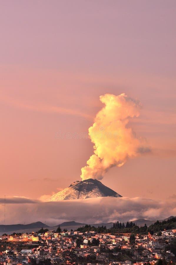 Куря вулкан в утре Котопакси, эквадор стоковые фото