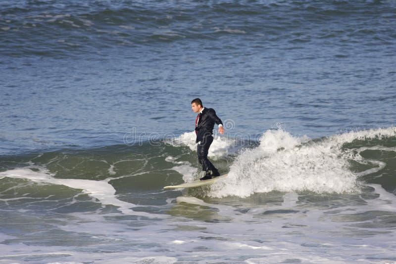 куря заниматься серфингом стоковые изображения