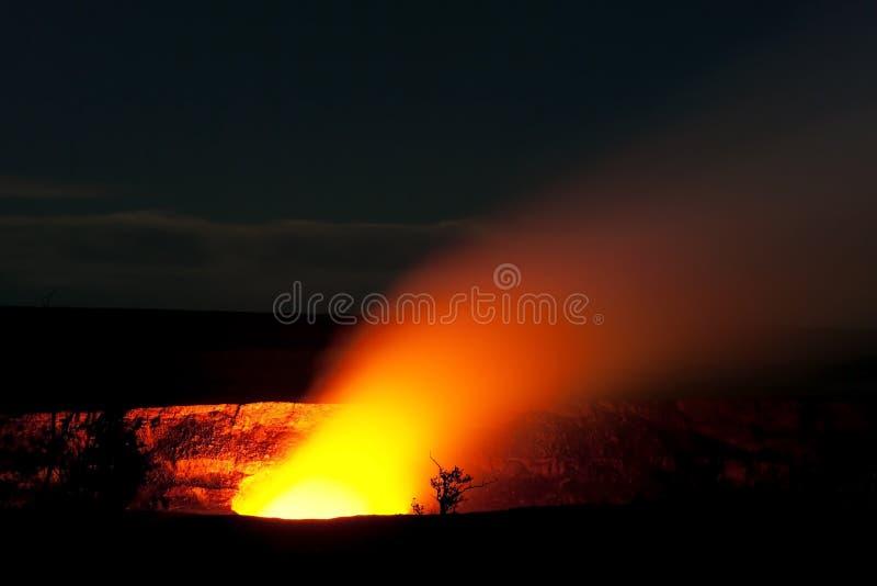 Куря кратер вулкана Halemaumau Kilauea стоковые изображения rf