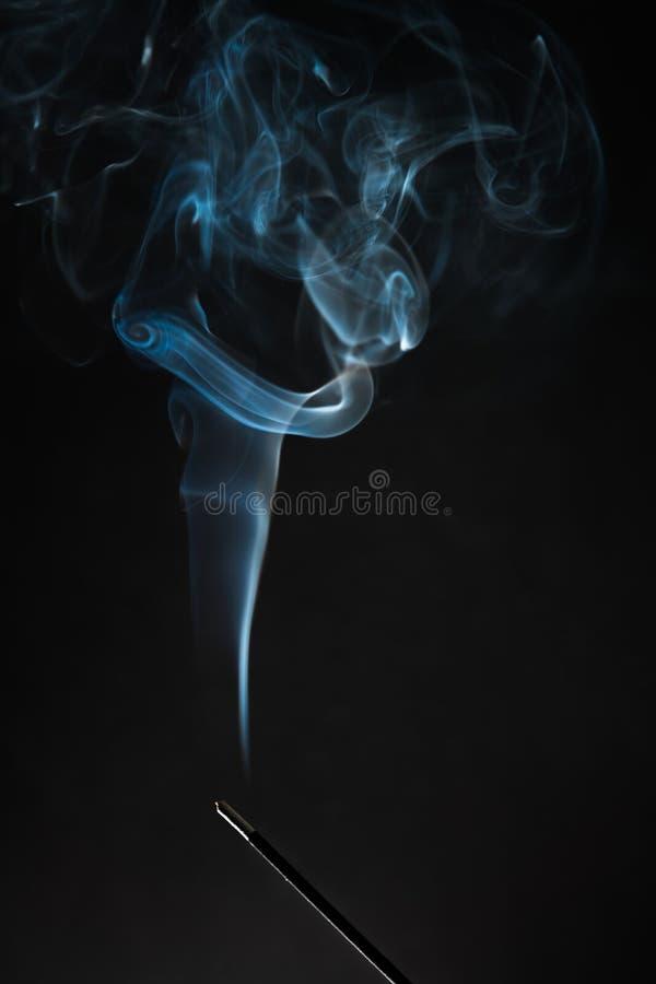 Куря ручка ладана с дымом идя вверх на черную предпосылку Чистая тема релаксации, пар дыма, волны дыма, туман и туман стоковое фото rf