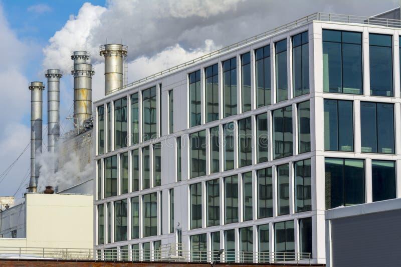 Куря трубы фабрики и офисное здание фабрики стоковое изображение
