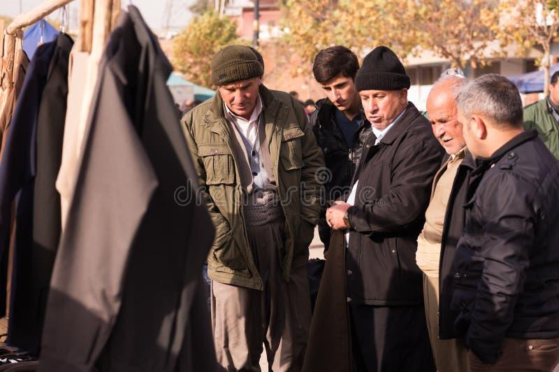 Курдские люди ходя по магазинам для одежд в Ираке стоковое изображение