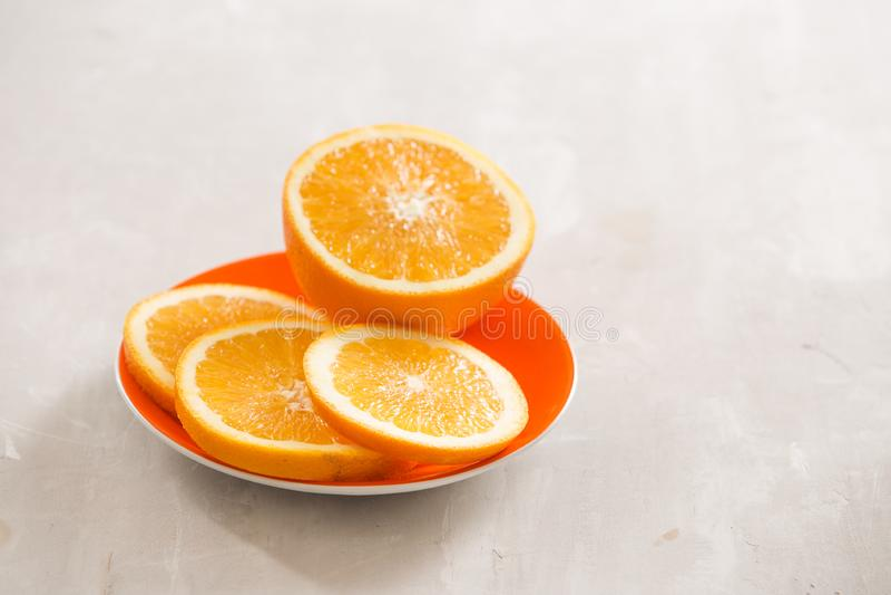 Куски апельсинов в белом блюде на темной таблице стоковые фото
