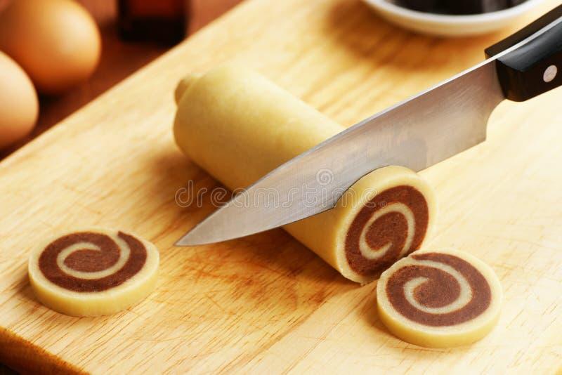 Куски вырезывания от теста печенья Pinwheel стоковые фото