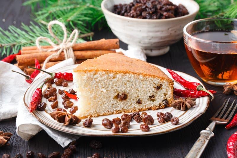 Куски домодельной изюминки и оранжевого торта хлебца Торт хлеба изюминки зажаренное яичко чашки принципиальной схемы кофе завтрак стоковое изображение