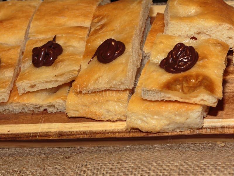 Куски итальянского хлеба с соусом шоколада, сладостный и смачный стоковое изображение