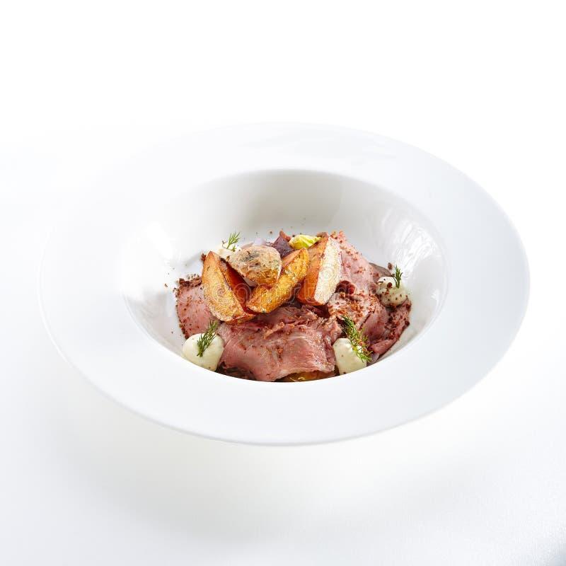 Куски мяса с печеным картофелем и овощами стоковые фотографии rf