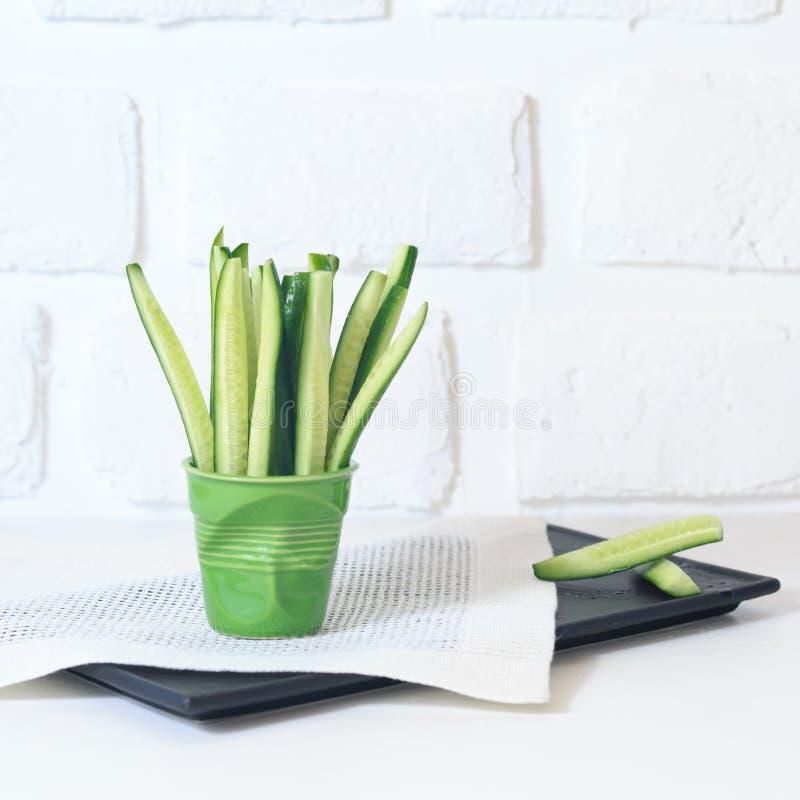 Куски огурца в зеленом стекле стоковая фотография