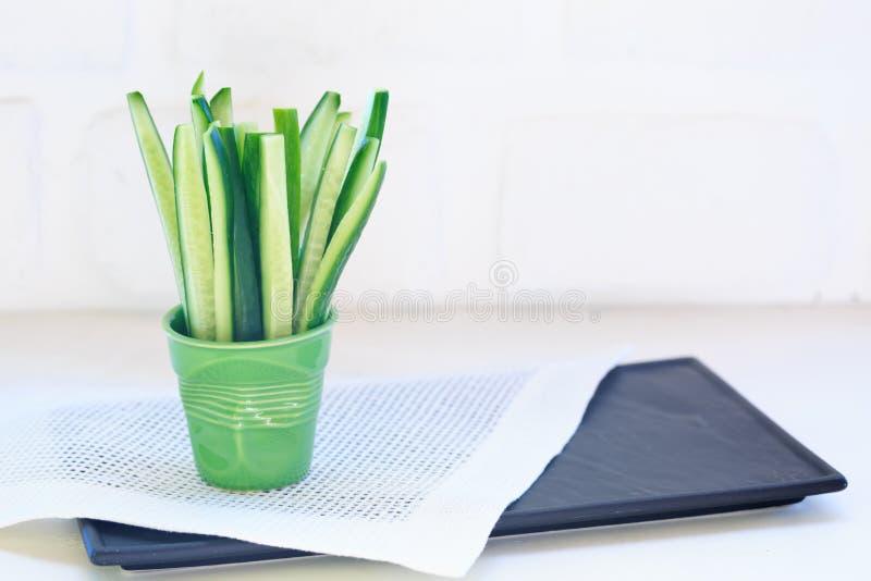 Куски огурца в зеленом стекле стоковые фото