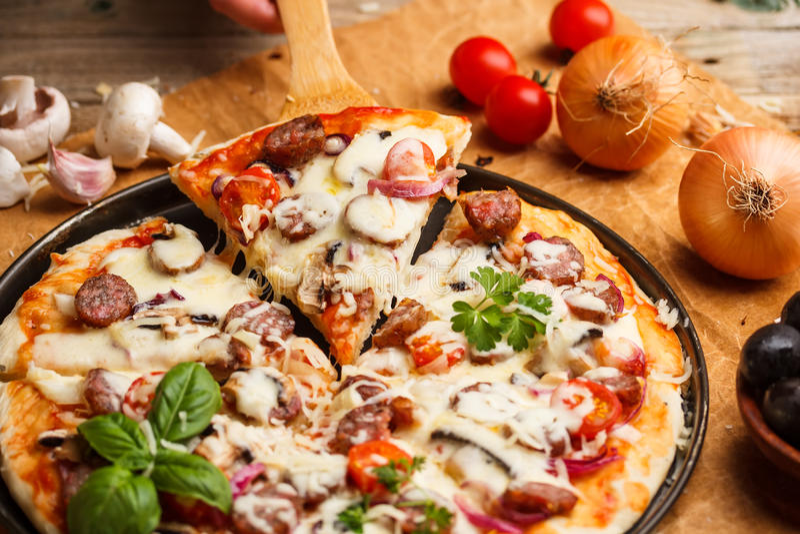 Куски пиццы сосиски стоковая фотография rf