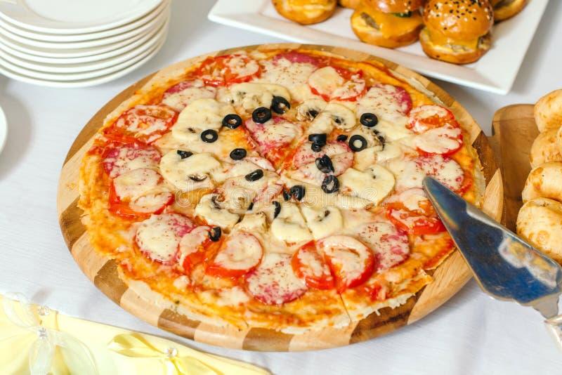 Куски пиццы с сыром моццареллы, перцем, pepperoni, томатами, оливками, специями стоковое фото rf