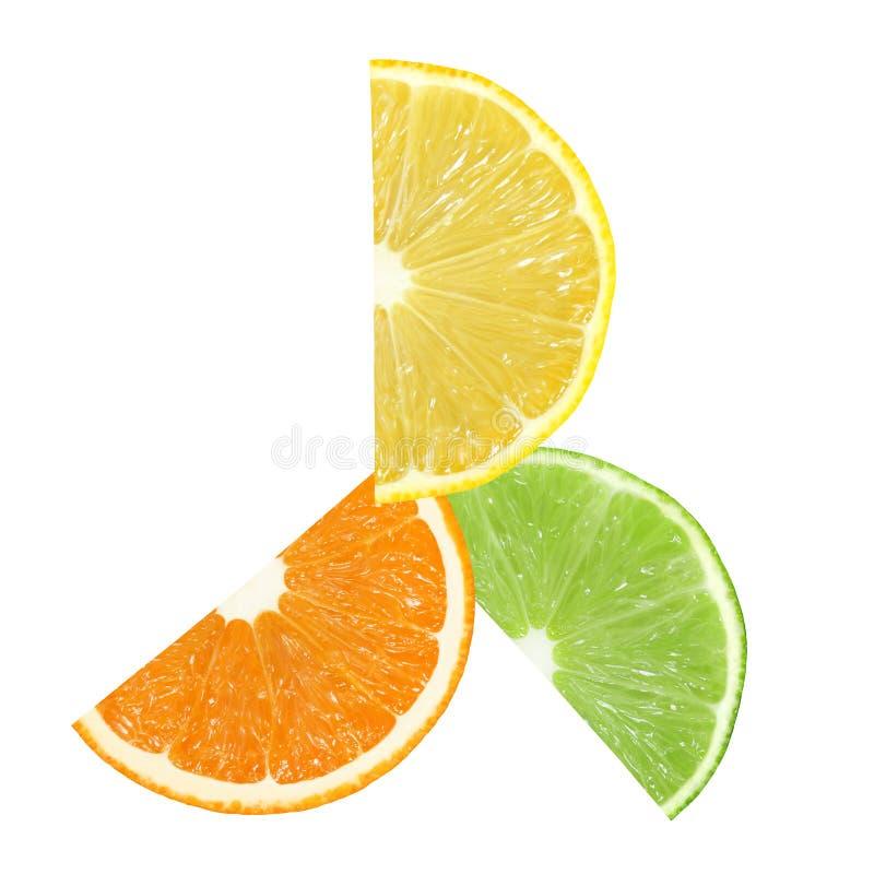 Куски плодоовощей апельсина, лимона и известки расположены в изолированном круге на белой предпосылке, с путем клиппирования стоковая фотография rf