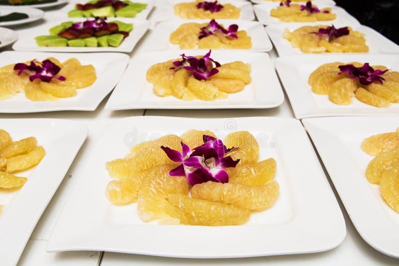 Куски помела на блюде в форме пирамиды стоковые изображения rf