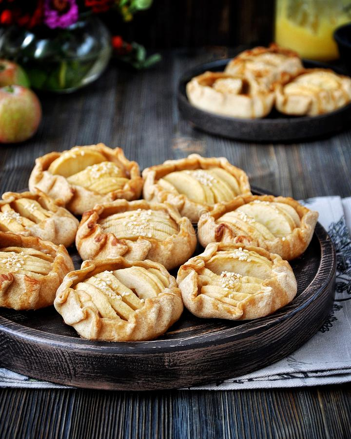 Куски свежих яблок испеченных в тесте стоковое фото rf