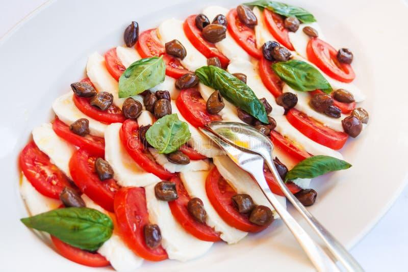 Куски томата моццареллы на плите, естественной стоковое фото