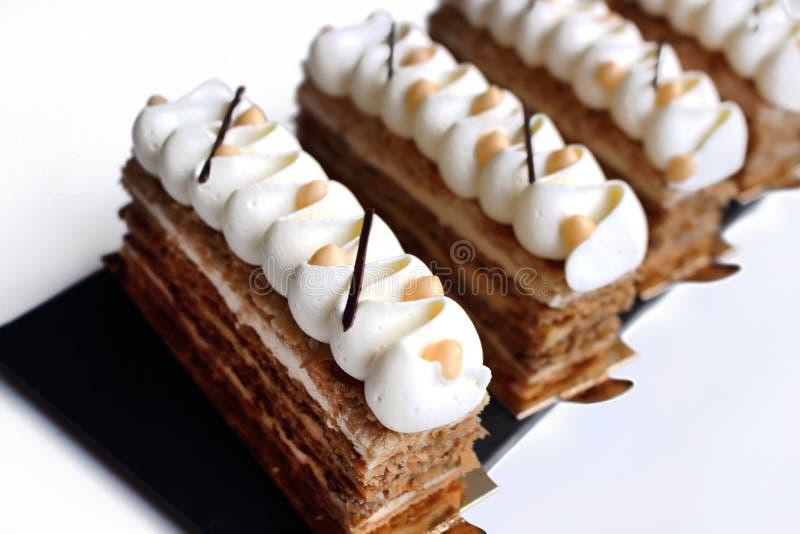 Куски торта Наполеон печенья слойки с белым творогом отбензинивания и цитруса стоковые изображения