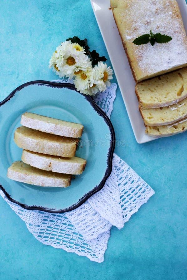 Куски фунта лимона испекут на голубой плите стоковые фото