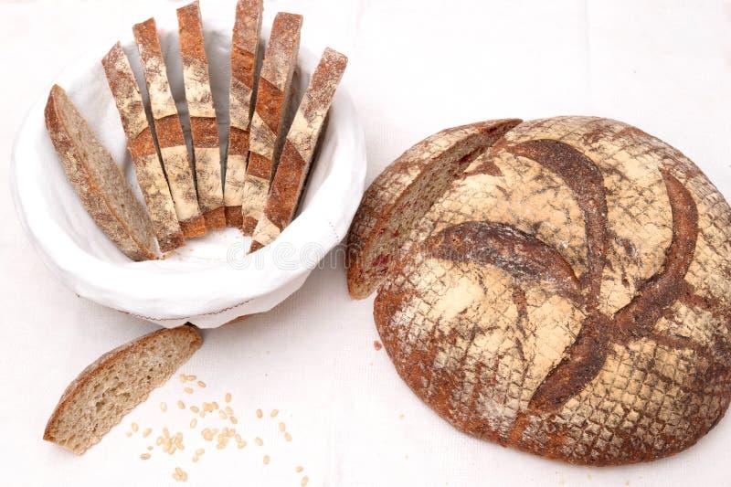 Куски хлеба sourdough в корзине стоковые изображения rf