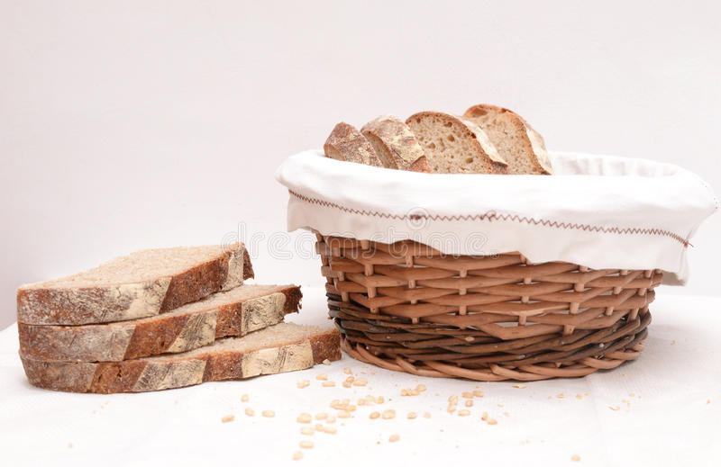 Куски хлеба sourdough в корзине стоковая фотография