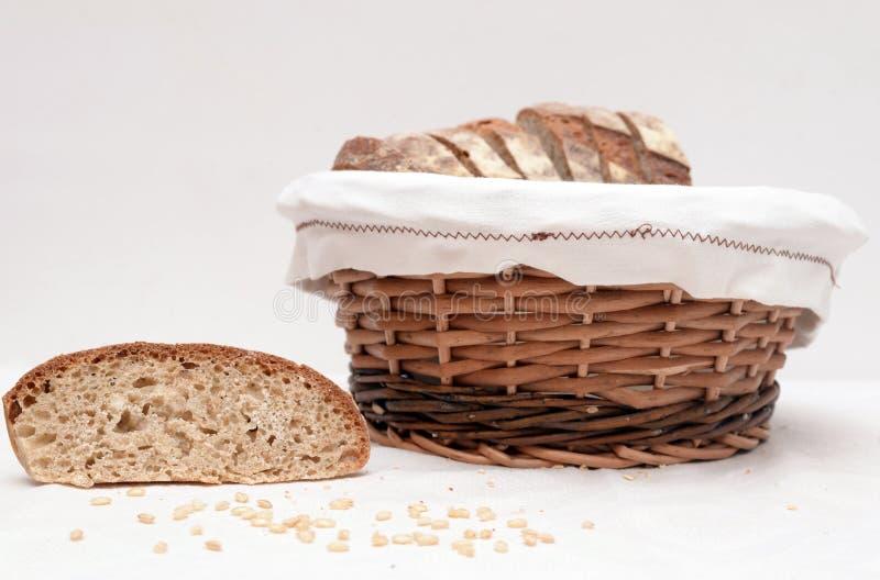 Куски хлеба sourdough в корзине стоковая фотография rf