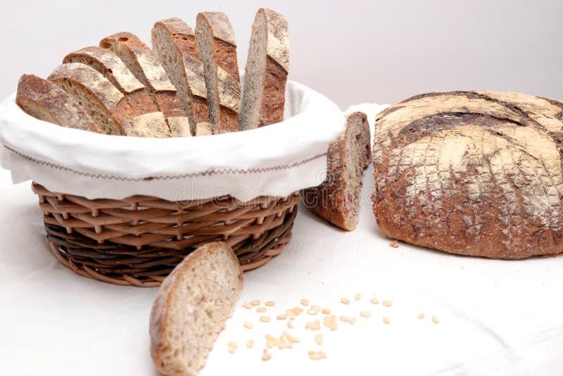 Куски хлеба Sourdough в корзине стоковое изображение