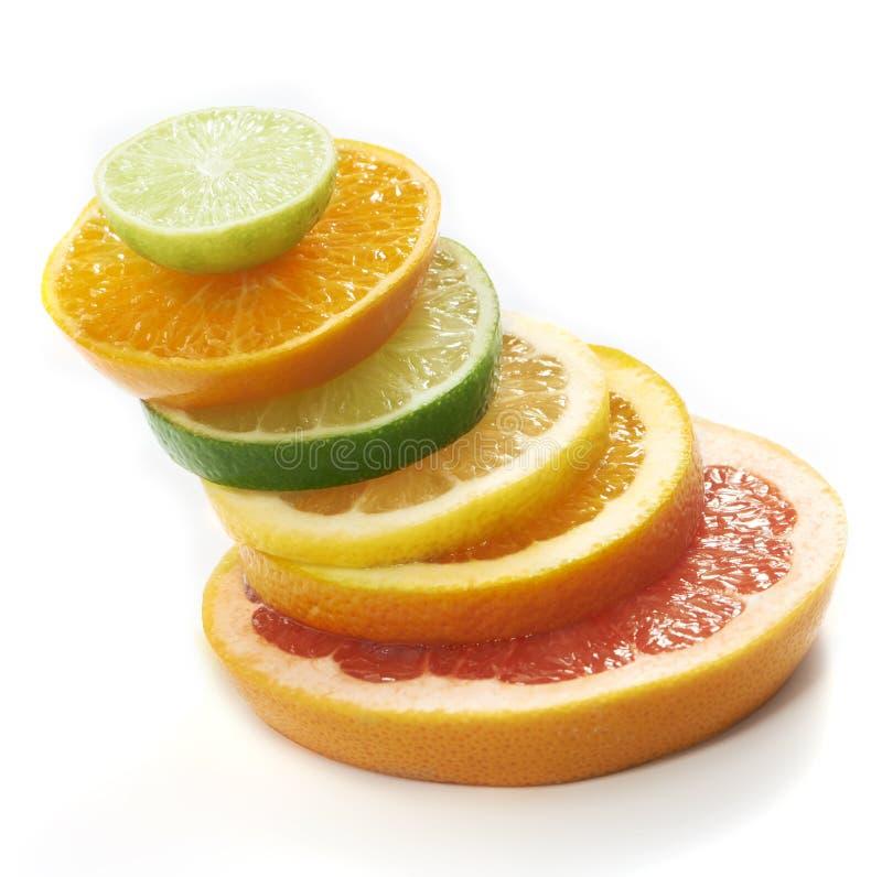 Куски цитрусовых фруктов штабелированные совместно стоковые фото
