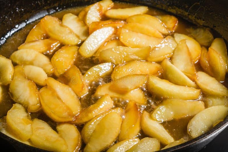Куски яблок будучи carmelized для десерта стоковые изображения rf