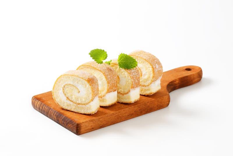 Куски cream швейцарского крена стоковое фото