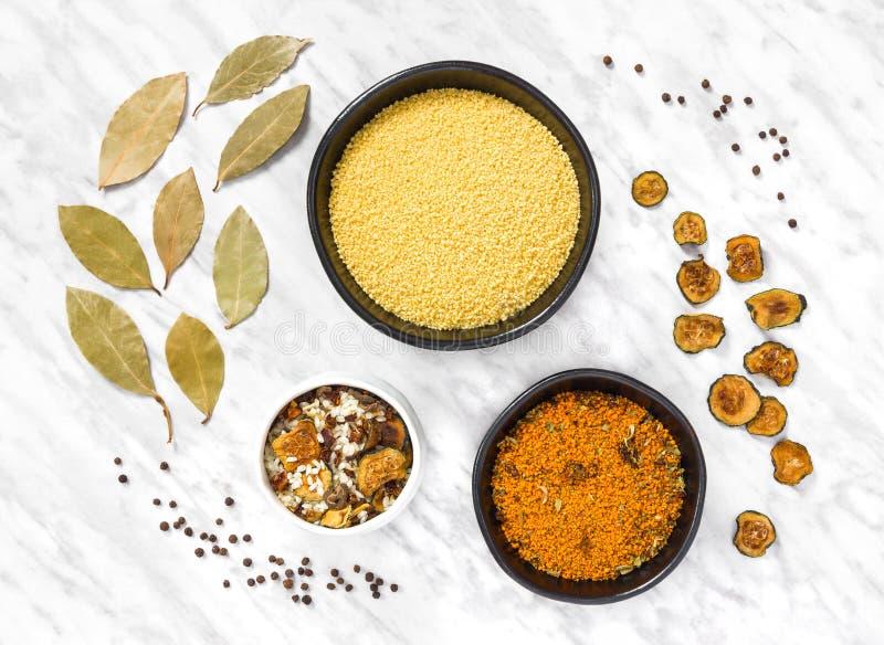 Кускус и ингредиенты варить на мраморной предпосылке стоковое фото rf