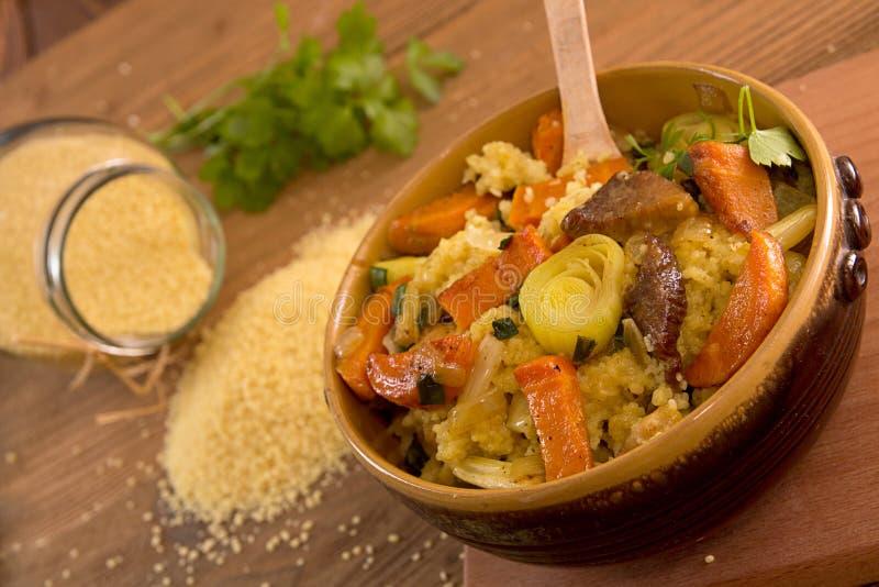 Кускус с морковами, сельдереем, утечкой и потушенным мясом стоковое фото rf