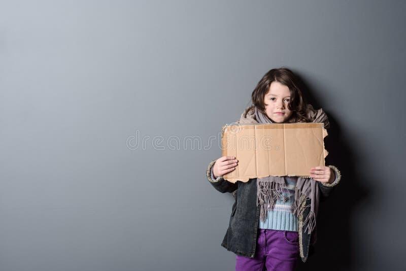 Кусок бумаги удерживания девушки стоковое изображение