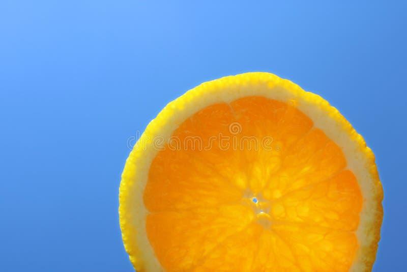 Кусок летних отпусков оранжевый перед солнцем и голубым небом стоковая фотография rf